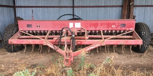 International 511 28 Row Combine With Small Seed Box & Finger Harrows
