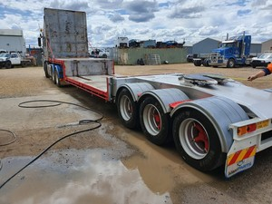 Under Auction - Freighter Deep Drop Down A Trailer - 2% + GST Buyers Premium On All Lots