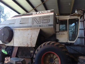 1982, Gleaner N5 Allis Header 27 Ft Cut Front with Comb Trailer