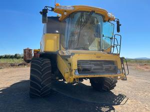 Under Auction - (A137) - New Holland Harvester & 25ft Honeybee Front - 2% + GST Buyers Premium On All Lots