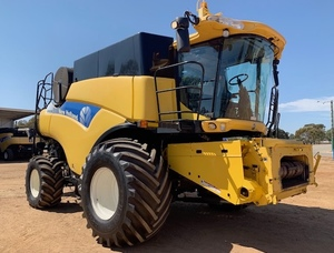 2011 New Holland Combine CR 9070