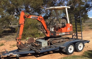 KUBOTA KH35 EXCAVATOR, TRAILER & ATTACHMENTS